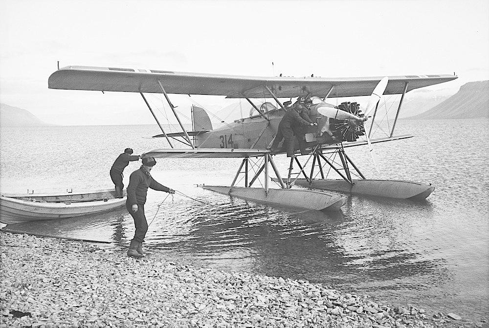 To menn hjelper til å sjøsette et sjøfly