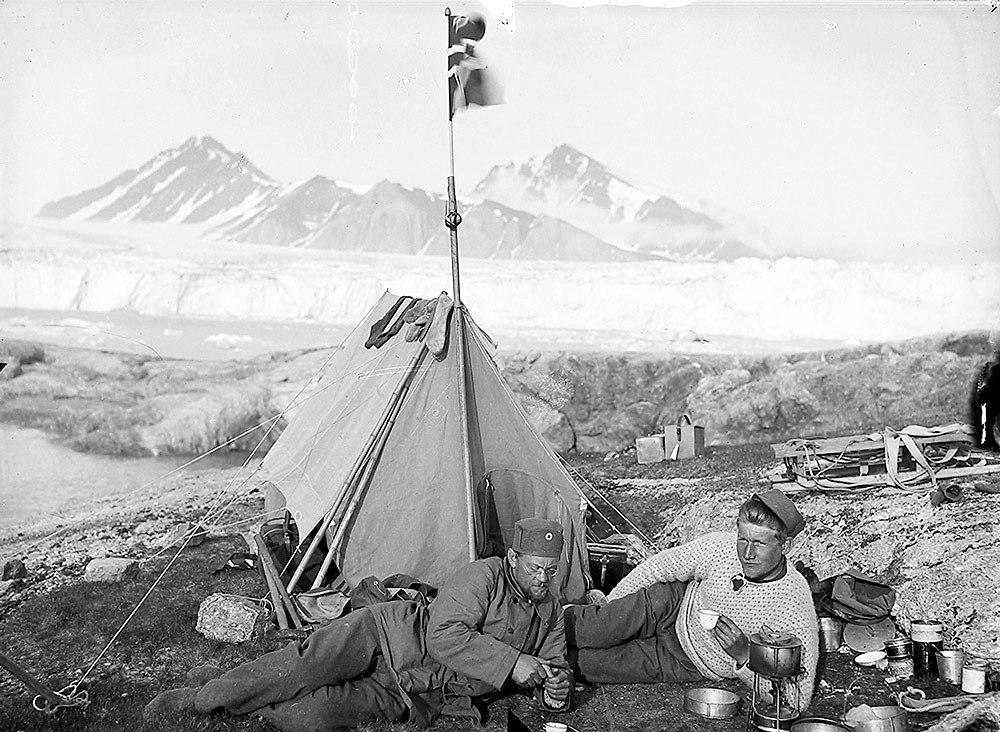 To menn hviler foran telt