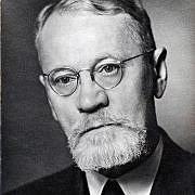 Portrett av middelaldrende, alvorlig mann med briller