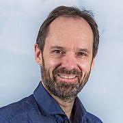Portrett av smilende mann med skjegg