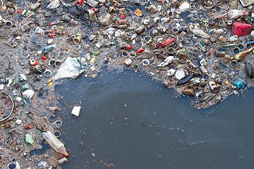Søppel og plast flyter på hav