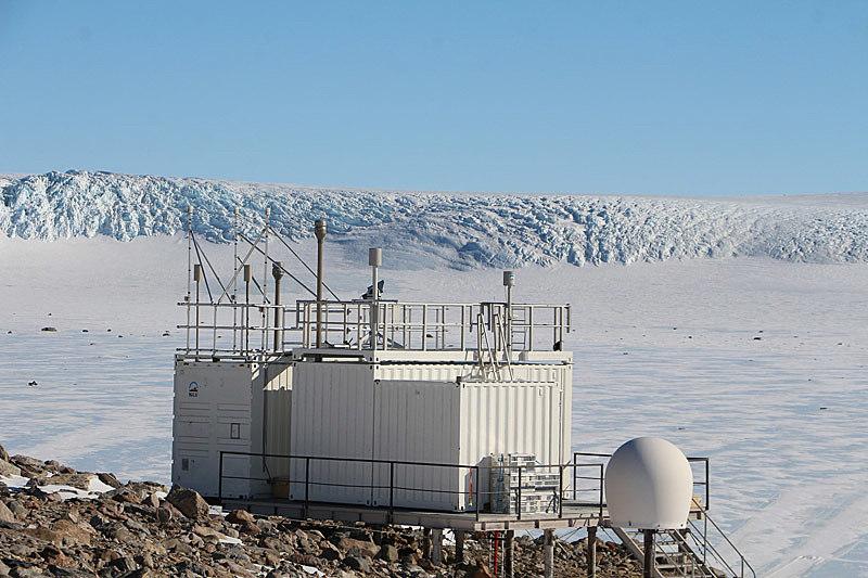 Kontainer med antenner på snedekt fjell