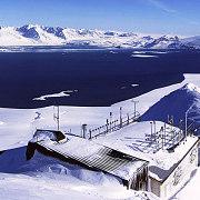 Bygning med master på taket o på toppen av et fjell