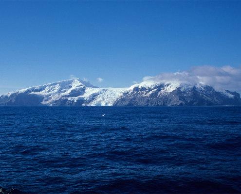 hav med fjell i bakgrunnen
