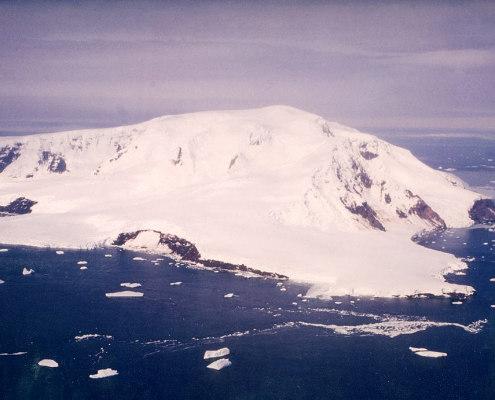Snedekt øy sett fra lufta