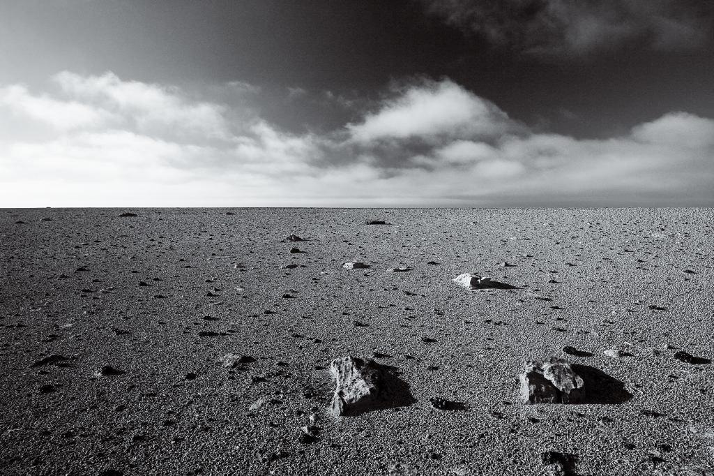 Spredte steiner på en flat mark