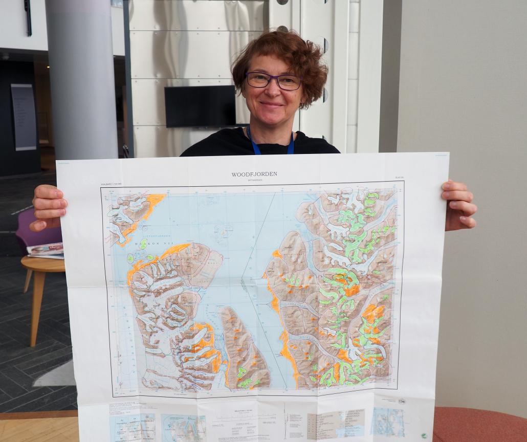 Kvinne viser frem et kart.