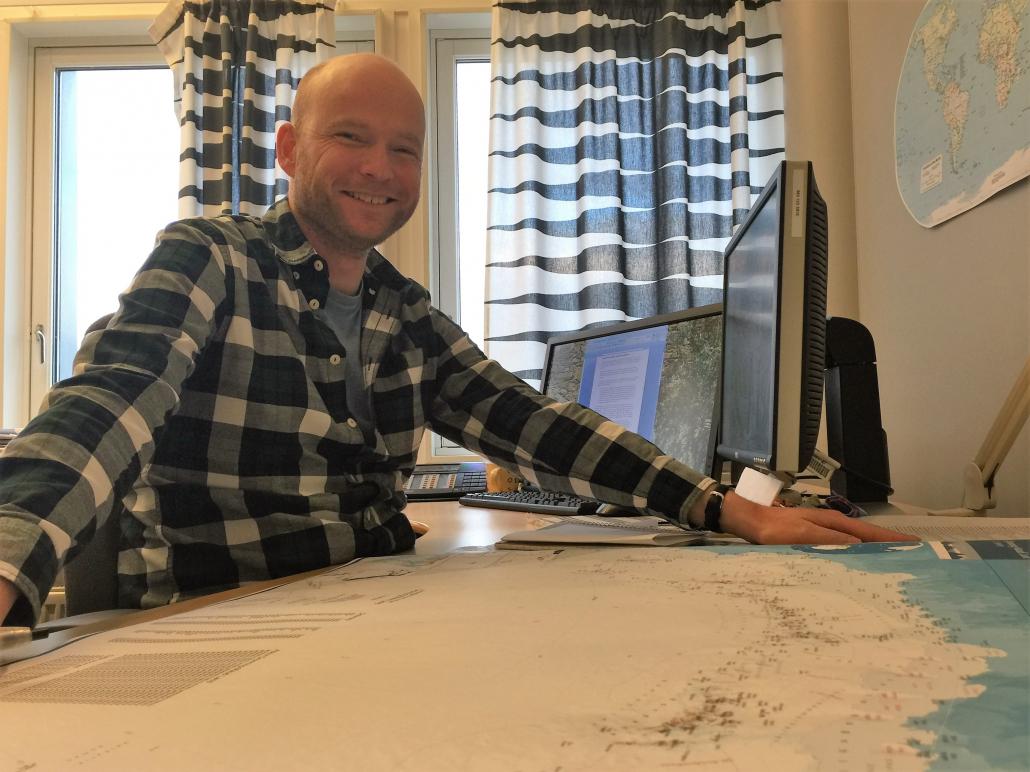 Mann viser kart
