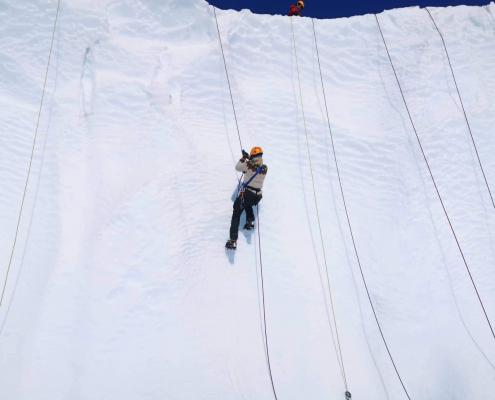 person som klatrer