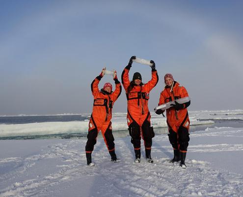 tre pesoner holder iskjerneprøver