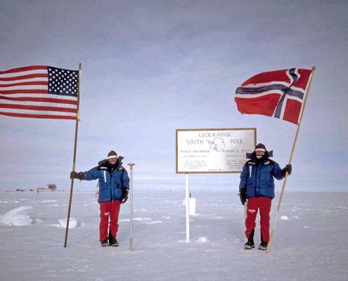 to kvinner med flagg