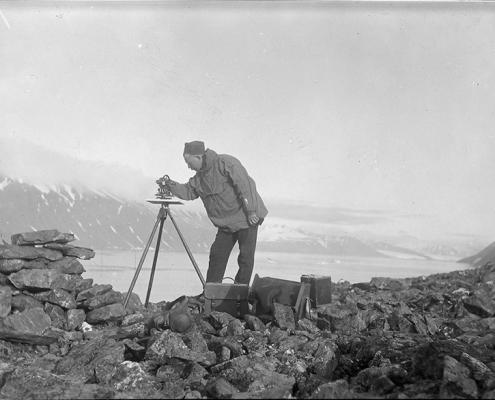 mann med måleapparat på fjell