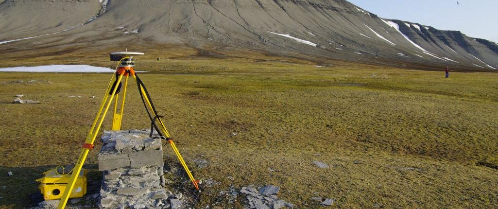 måleapparat i forgrunnen av et fjell