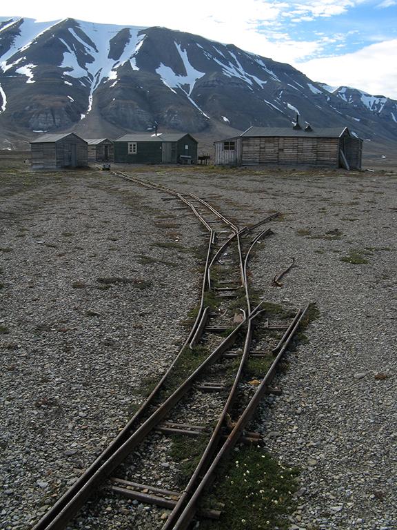 gammelt tog og skinnespor