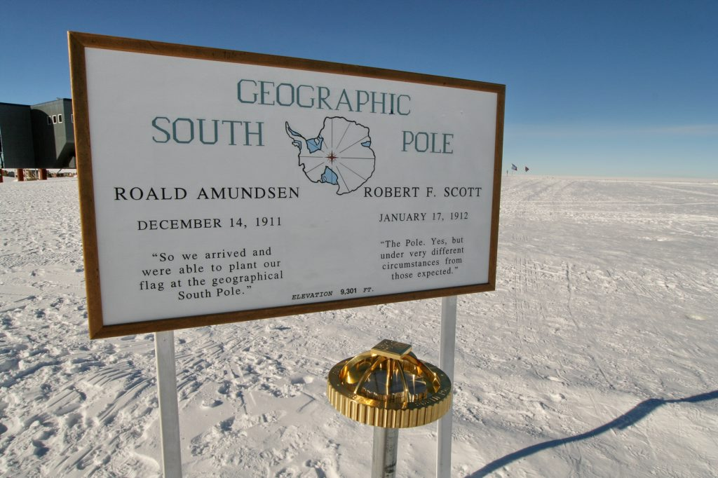 skilt med tekst geografisk sydpol på engelsk