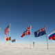 flagg som vaier i sne